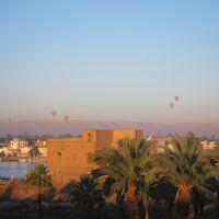 屋上テラスから、ルクソール神殿と王家の谷と気球。