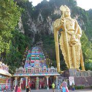 カラフルな階段の先には巨大な洞窟寺院