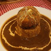 店の名物メニュー「アランドロンカレー」良し。カレーに乗った球体のチーズハンバーグとカレーが合わさって美味♪