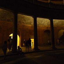 夜の11時、カルロス5世宮殿には結構な人がいた。