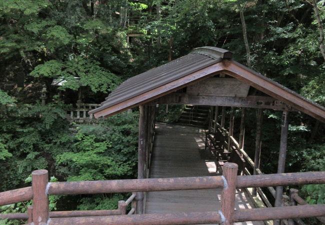 内村川に架かる木造の屋根付き橋