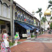 アラブやマレーの商品販売店やレストランが連なる楽しい商店街