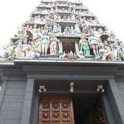 建物入口から迫力のあるヒンズー教寺院でした