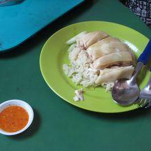 これがチキンライスです。食器がイマイチでした。