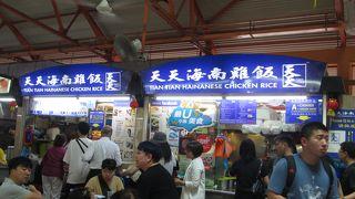 列が出来ている天天海南鶏飯のチキンライス