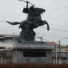 新田義貞公像