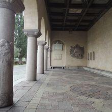 市庁舎の柱や壁 素晴らしい彫刻がズラリ