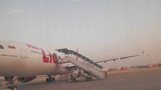 到着したのにタラップが来ていないドンムアン空港