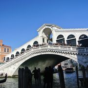 白いアーチ橋