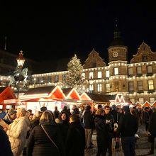 旧市庁舎とクリスマス・マーケット