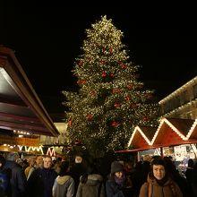 クリスマスツリー、並ぶ屋台
