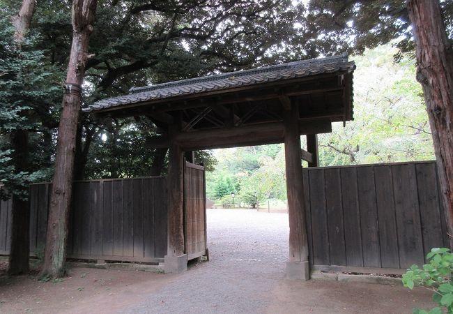 質素な門であるため、通り抜けた先の風景を際立たせているように感じました。