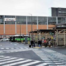 駅西口とバス乗り場