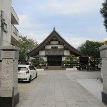 切妻屋根の均整のとれた本堂が正面に建ち、綺麗に整備された境内は好感が持てました。