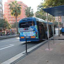 チケットを購入しているとこちらのシャトルバスでグエル公園へ