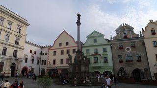 スヴォルノスティ広場の真ん中にあります。