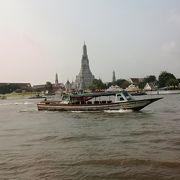 チャオプラヤー川から見る大仏塔が美しい暁の寺ワットアルン