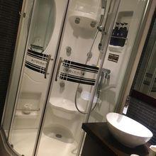 コンパクトなスペースにあるシャワールーム
