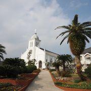 丘の上の建つロマネスク様式の白亜の教会