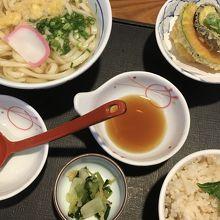 天ぷらは熱々で美味しく、選べるご飯はおかわりし放題で最高!