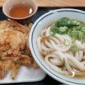 坂出駅付近で、朝からうどんが食べられました