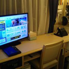 机まわりです。テレビもあります。