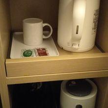 机下にあるポット、粉のお茶とほうじ茶。下にはゴミ箱です。