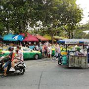 観光客だけでなく地元の人達でもにぎわうチャトゥチャック市場