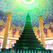 他の寺院とは一線を画す美しい天井画の世界観