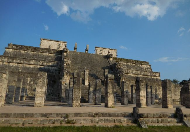 前に柱が並ぶ神殿