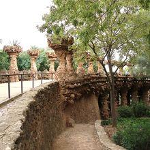 両側に巨大な植木鉢が並ぶ橋