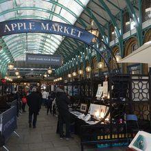 コヴェント・ガーデンの通路で開かれるマーケット。規模は小さい。お店も曜日で変わります。