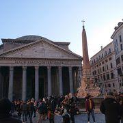 古代ローマから残る建築物、混雑してました。