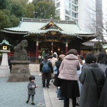 金王八幡宮の社殿と参道です。社殿に大勢の人が集まっています。