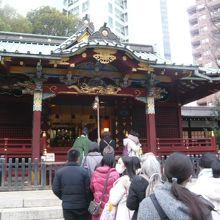 金王八幡宮の社殿です。社殿の前に大勢の人が集まっています。