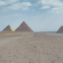 左からクフ王、カフラー王、メンカウラー王のピラミッド