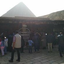 入場券販売所から見えるピラミッド