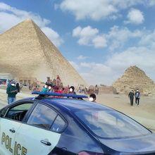 多くの警察がピラミッドの周りで警備をしていました