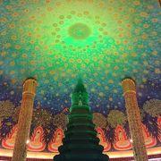 美しいエメラルド色の仏塔!
