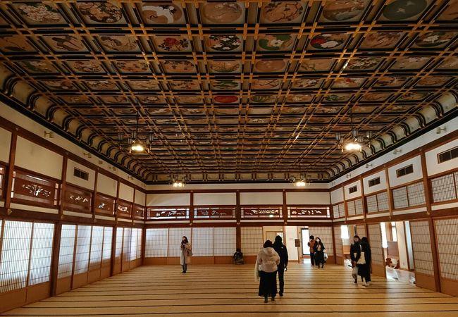 寺院とは思えない凄く広くて豪華な空間。天井の絵と襖の上の欄間の切り絵に注目。