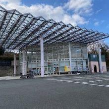 大きなガラス張りの屋根。店舗は休業していました。