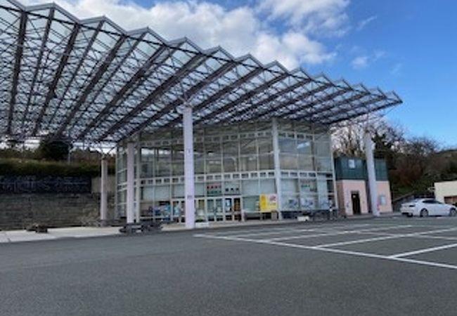 大きな、ガラス張りの屋根