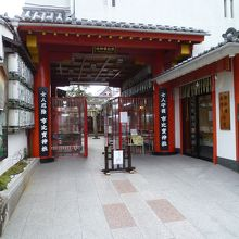 こじんまりとした街中にある現代的な「女人守護」の信仰を集める神社