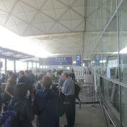 パスポートと航空券のバウチャーの確認が行われます
