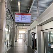 各ターミナル間の移動にはエアトレインのレッドラインを