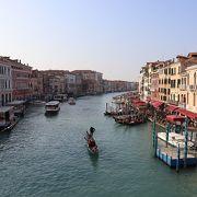 橋の上からの運河の眺めがきれい