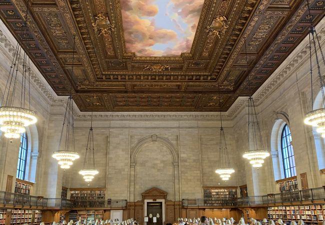 まるで美術館のような図書館