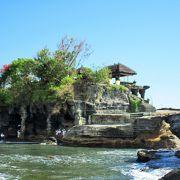 昼間は暑いに決まってる インド洋の荒波が打ち付ける岩山に立つ タナロット寺院