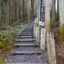 墓所へと続く階段