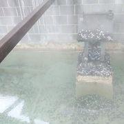 白幡源泉の中に祀られる